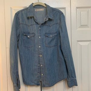 Fitted denim shirt with mother of pearl snaps